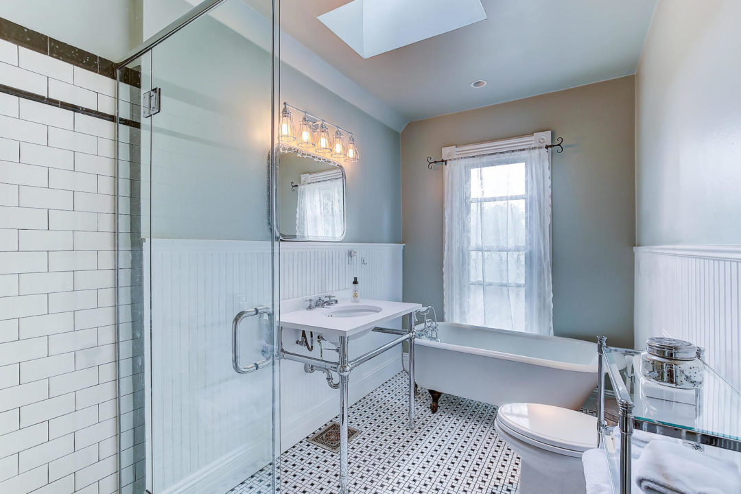 2222 Irving bath photo courtesy of live urban real estate